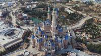 """Shanghai Disney Resort akan menampilkan Istana Enchanted Storybook Castle yang merupakan tertinggi di antara taman Disney lainnya, hotel """"Toy Story"""" dan sebuah teater dengan pertunjukan The Lion King berbahasa China. (AFP/STR/Cina OUT)"""