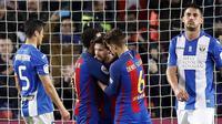 Para pemain Barcelona merayakan gol yang dicetak Lionel Messi ke gawang Leganes pada laga Liga Spanyol di Stadion Camp Nou, Spanyol, Minggu (19/2/2017). Barcelona menang 2-1 atas Leganes. (EPA/Alberto Estevez)