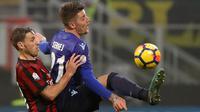 Pemain Lazio, Sergej Milinkovic-Savic berebut bola dengan pemain AC Milan, Lucas Biglia pada pertandingan pertama semifinal Coppa Italia di San Siro, Rabu (31/1). AC Milan dan Lazio hanya mampu meraih hasil imbang di laga ini. (AP/Antonio Calanni)