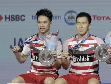 Pasangan Indonesia, Kevin Sanjaya/Marcus Gideon, merayakan kemenangan atas wakil Jepang, Takuto Inoue/Yuki Kaneko pada final Indonesia Open di Istora Senayan, Jakarta, Minggu, (8/6/2018). Kevin/Marcus menang 21-13 dan 21-16. (Bola.com/M Iqbal Ichsan)