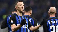 Gelandang Inter Milan, Ivan Perisic, merayakan gol yang dicetaknya ke gawang Chievo pada laga Serie A Italia di Stadion San Siro, Milan, Minggu (3/11/2017). Inter menang 5-0 atas Chievo. (AFP/Miguel Medina)