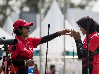 Pemanah putri Indonesia, Choirunisa Diananda, saat berlaga pada nomor recurve women individual Asian Games di Lapangan Panahan, Senayan, Jakarta, Selasa (28/8/2018). Choirunisa Diananda mendapat medali perak. (Bola.com/Vitalis Yogi Trisna)