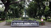 Suasana Taman Suropati di kawasan Menteng, Jakarta, Selasa (24/3/2020). Pemerintah Provinsi DKI Jakarta menutup semua Ruang Terbuka Hijau terhitung sejak 14 Maret 2020 hingga 14 hari ke depan sebagai antisipasi merebaknya virus Corona Covid-19. (Liputan6.com/Helmi Fithriansyah)