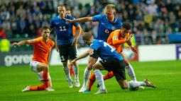 Gelandang Estonia, Martin Miller dan penyerang Belanda, Donyell Malen (kanan) berebut bola saat bertanding dalam kualifikasi Grup C Euro 2020, di Tallinn, Estonia, Senin (9/9/2019). Belanda mengalahkan Estonia dengan skor 4-0. (Raigo Pajula/AFP)