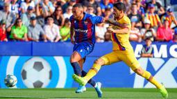 Bek Levante, Ruben Vezo, berebut bola dengan striker Barcelona, Luis Suarez, pada laga La Liga Spanyol di Stadion Ciutat de Valencia, Valencia, Sabtu (2/11). Levante menang 3-1 atas Barcelona. (AFP/Jose Jordan)
