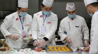 Para chef menyiapkan hidangan dalam sebuah kompetisi memasak di Wilayah Yinan di Kota Linyi, Provinsi Shandong, China timur (12/12/2020). (Xinhua/Wang Yanbing)