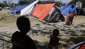 Suasana tenda pengungsi korban gempa dan tsunami Palu di lapangan Masjid Agung Daru Salam, Palu, Sulteng, Jumat (5/10). Pemerintah akan membangun barak pengungsian bagi korban gempa dan tsunami di Kota Palu, Sigi dan Donggala. (Liputan6.com/Fery Pradolo)