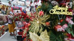 Pengunjung melihat pernak-pernik natal di atrium Lippo Mall Puri, Jakarta Barat, Sabtu (19/12/2020). Menyambut Hari Raya Natal dan Tahun Baru Lippo Mall Puri menampilkan dekorasi santa gift shop decoration dan santa home decoration. (Liputan6.com/Fery Pradolo)