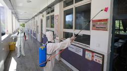 Petugas pemadam kebakaran mendisinfeksi bangunan Sekolah Asrama No. 3 Wuhan di Distrik Hanyang, Kota Wuhan, Provinsi Hubei, China, 3 Agustus 2020. Upaya disinfeksi dilakukan pada Senin (3/8) di sekolah itu untuk mempersiapkan dimulainya kembali kegiatan belajar mengajar di kelas. (Xinhua/Wang Fang)