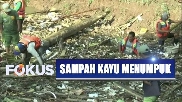 Bendungan Koja tercemar dengan tumpukan sampah kayu dan bambu yang terbawa dari arus air Kali Cikeas.