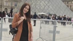 Menjelang musim panas di Paris, Ayu Ting Ting memilih untuk liburan ke sana dan jalan-jalan ke pusat kota. Tempat selanjutnya yang ia kunjungi adalah Musée du Louvre.(Www.sulawesita.com)