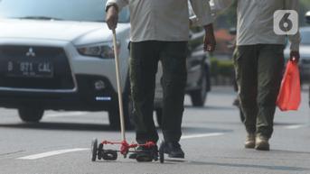 FOTO: Operasi Pembersihan Ranjau Paku di Jalanan Jakarta