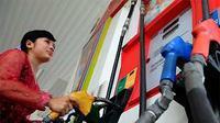 Seorang perempuan berbusana kebaya menjalankan tugasnya sebagai petugas pengisi bahan bakar minyak di sebuah SPBU, Jakarta. (ANTARA)
