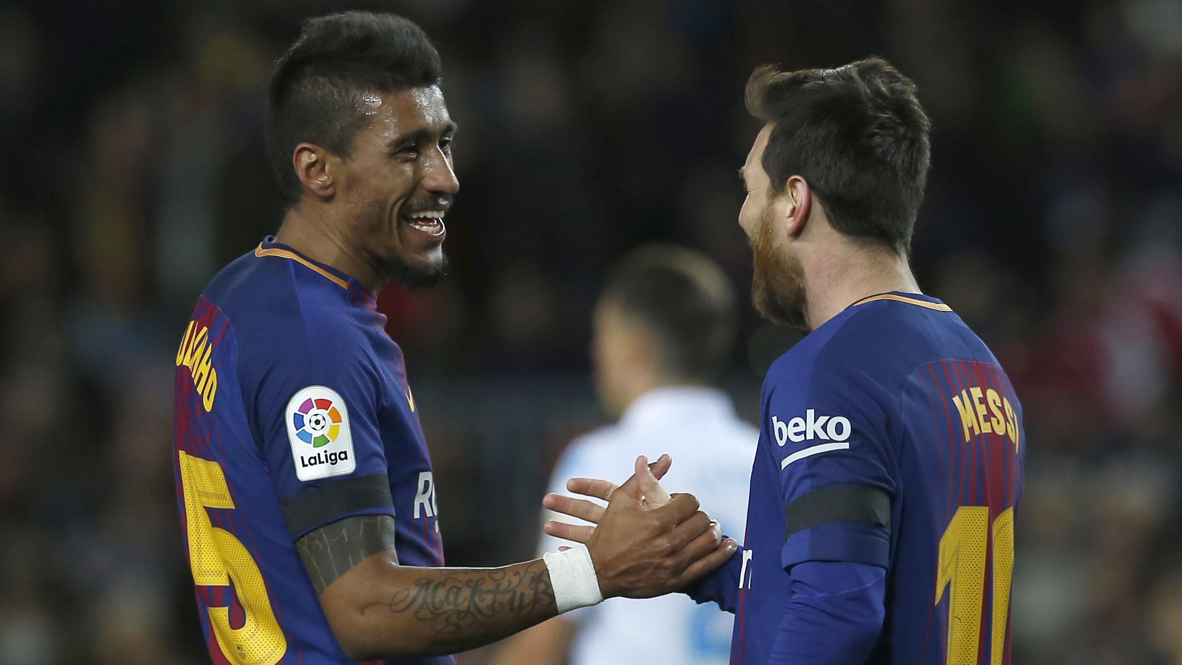 Paulinho dan Lionel Messi merayakan kemenangan usai melawan Deportivo La Coruna pada lanjutan La Liga Santander di Camp Nou stadium, Barcelona, (17/12/2017). Barcelona menang 4-0. (AP/Manu Fernandez)