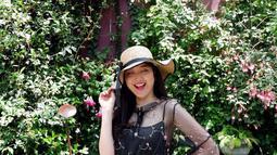 Gadis kelahiran 24 November 1994 ini dilahirkan dan besar di Kota Pahlawan. Tak heran, jika Angeline sangat percaya diri dan ramah di hadapan banyak orang. (Liputan6.com/IG/@angiestee)
