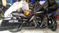 Penampakan motor Harley Davidson yang menabrak nenek dan cucunya di Bogor. (Liputan6.com/Achmad Sudarno)
