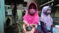 Tsabita, gadis cilik berusia 7 tahun menunjukkan kura-kura kecil saat berkunjung ke penangkaran kura-kura di Desa Loa Kulu Kota, Kabupaten Kutai Kartanegara.