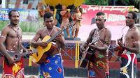 Acara Festival Teluk Humbold II di Terminal Mesran, Jayapura, Papua, Jumat (6/8). Festival ini digelar untuk melestarikan adat istiadat dan budaya masyarakat asli Jayapura. (Antara)
