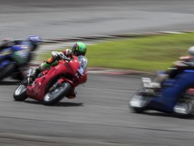 Para pebalap memacu motornya pada Yamaha Sunday Race seri 1 di Sirkuit Sentul, Bogor, Minggu (8/4/2018). Lomba ini diselenggarakan oleh Yamaha Indonesia Motor Manufacturing dengan mempertandingan 10 kelas. (Bola.com/Vitalis Yogi Trisna)