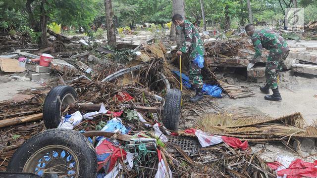 Semangat Petugas TNI Cari Korban Hilang Tsunami Selat Sunda