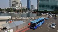 Tidak tercapainya kesepakatan besaran pembayaran tarif rupiah per kilometer  antara APTB dengan Tranjakarta menyebabkan APTB dilarang melintas jalur Transjakarta mulai pekan depan, Jakarta, Kamis (7/5/2015).  (Liputan6.com/Johan Tallo)
