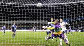 Pemain Tottenham Hotspur Gareth Bale (kanan) mencetak gol ke gawang Wycombe Wanderers pada pertandingan putaran keempat Piala FA di Stadion Adams Park, High Wycombe, Inggris, Senin (25/1/2021). Tottenham Hotspur melaju ke 16 besar Piala FA usai menang 4-1. (AP Photo/Frank Augstein)