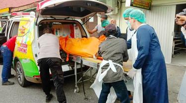 Evakuasi jasad wanita hamil terkubur di septic tank ke Rumah Sakit Bhayangkara Polda Riau.