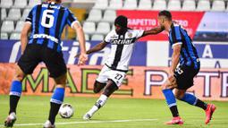Striker Parma, Gervinho, mencetak gol ke gawang Inter Milan pada laga Serie A di Stadion Ennio Tardini, Minggu (28/6/2020). Inter Milan menang 2-1 atas Parma. (AP/Marco Alpozzi)