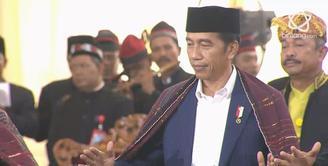 Prosesi adat Kahiyang Ayu dan Bobby Nasution membuat Presiden Jokowi dan Iriana Manortor.