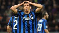1. Lucio - Bek tangguh asal Brasil ini meninggalkan Inter Milan pada 2012 untuk bergabung dengan Juventus. Namun kerjasamanya dengan Juve hanya berlangsung singkat hanya sampai Desember 2012. (Photo by GIUSEPPE CACACE / AFP)