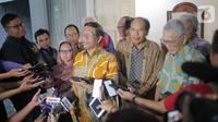Ketua Umum Gerakan Suluh Kebangsaan Mahfud MD didampingi Wakil Presiden ke 6 Try Sutrisno bersiap memberikan keterangan usai pertemuan tertutup di Jakarta, Kamis (3/10/2019). Pertemuan tersebut selain silaturahmi juga mendiskusikan berbagai isu kebangsaan saat ini. (Liputan6.com/Faizal Fanani)