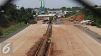 Suasana pembangunan proyek jalan tol Cinere-Jagorawi Seksi II di Depok, Jawa Barat, Jumat (3/6). Proyek yang direncanakan rampung pertengahan 2016 terpaksa mundur akibat terkendala proses pembebasan lahan. (Liputan6.com/Immanuel Antonius)