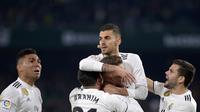 Perayaan gol pemain Real Madrid usai Cebalos mencetak gol pada laga lanjutan La Liga Spanyol yang berlangsung di stadion Benito Villamarin, Senin (14/1). Real Madrid menang 2-1 atas Real Betis. (AFP/Cristina Quicler)