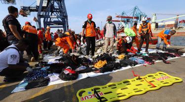 Tim penyelamat mengumpulkan barang korban jatuhnya pesawat Lion Air JT 610 di Tanjung Priok, Jakarta Utara, Senin (29/10). Barang-barang penumpang dikumpulkan di Posko Basarnas Jakarta International Container Center II. (RESMI MALAU/AFP)
