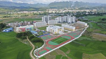 Foto dari udara memperihatkan lokasi pemukiman kembali di Kota Silin, Wilayah Tiandong, Daerah Otonom Etnis Zhuang Guangxi, China selatan, 28 Agustus 2019. Dalam lima tahun terakhir, Daerah Otonom Etnis Zhuang Guangxi telah melakukan serangkaian proyek pengentasan kemiskinan. (Xinhua/Cao Yiming)