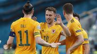 Aaron Ramsey (tengah) melakukan selebrasi bersama timnya setelah mencetak gol pada pertandingan sepak bola Grup A EURO 2020 antara Turki dan Wales di Stadion Olimpiade, Baku, Azerbaijan pada Rabu (16/06/2021) malam WIB. (AFP/Pool/Valentyn Ogirenko)