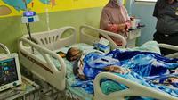 Wali Kota Bekasi Rahmat Effendi alias Pepen menjenguk bocah pelantun lafadz Al-quran di RSPAD Gatot Subroto. (Istimewa)