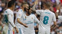 Ekspresi pera pemain Real Madrid saat merayakan gol Karim Benzema pada lanjutan La Liga Santander di Santiago Bernabeu stadium, Madrid, (25/11/2017). Madrid menang 3-2. (AP/Francisco Seco)