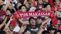 Suporter PSM Makassar saat pertandingan melawan Persija Jakarta pada laga Piala Indonesia 2019 di SUGBK, Jakarta, Minggu (21/7). Persija menang 1-0 atas PSM. (Bola.com/M Iqbal Ichsan)
