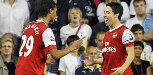 Gelandang Arsenal Samir Nasri (kanan) disambut Marouane Chamakh seusai mencetak gol ke gawang Tottenham Hotspur di babak ketiga Carling Cup di White Hart Lane, 21 September 2010. AFP PHOTO / IAN KINGTON