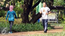 Warga berlari mengelilingi salah satu bundaran di kawasan Kebun Binatang Ragunan, Jakarta, Minggu (9/10). Kawasan KBR menjadi salah satu lokasi alternatif warga Jakarta untuk berolahraga pada Minggu pagi. (Liputan6.com/Helmi Fithriansyah)