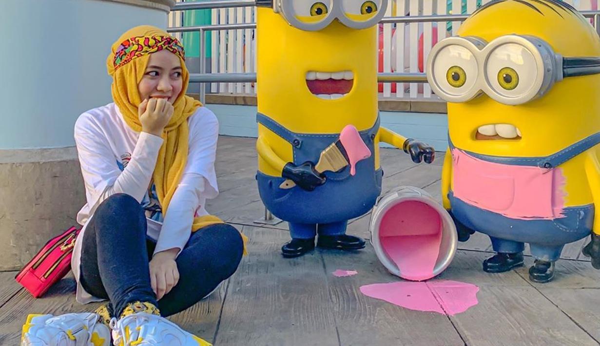 Bergaya dengan tema Minion, penampilan Sohwa sendir terlihat cukup simpel. Dirinya juga memadukan penampilan kaus putihnya dengan jilbab berwarna kuning. Bahkan, sepatu yang dikenakan Sohwa juga terlihat senada dengan gaya pakaiannya. (Liputan6.com/IG/@sohwahalilintar)