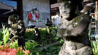 Seorang petugas kesehatan menyemprotkan disinfektan di kawasan wisata di Sanur, Bali, Senin (16/3/2020). Penyemprotan dilakukan sebagai salah satu langkah untuk mengantisipasi potensi penyebaran virus Corona COVID-19 di kawasan pariwisata tersebut. (SONNY TUMBELAKA/AFP)