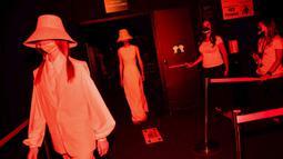 Model menampilkan kreasi desainer Spanyol Devota dan Lomba dalam Mercedes-Benz Fashion Week di Madrid, Spanyol, Kamis (10/9/2020). Acara yang digelar di tengah pandemi COVID-19 berlangsung pada 10-13 September 2020 dengan menerapkan protokol kesehatan. (AP Photo/Bernat Armangue)