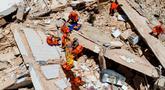 Petugas pemadam kebakaran menyelamatkan seorang wanita dari puing-puing sebuah bangunan yang runtuh di Fortaleza, negara bagian Ceara, Brasil, Selasa (15/10/2019). Satu orang dilaporkan tewas akibat runtuhnya  rumah susun tujuh lantai tersebut. (Gustavo Pellizzon/Diario do Nordeste via AP)
