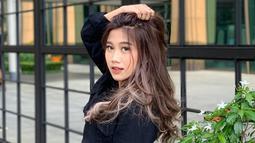 Busana berwarna hitam memang enggak pernah salah untuk penampilan casual. Menggunakan jaket jeans hitam, penampilan penyanyi jebolan Indonesia Idol 2019 ini terlihat casual namun elegan. (Liputan6.com/IG/@awdella)