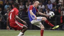 Gelandang Zinedine Zidane mengontrol bola dari kawalan Aldair saat pertandingan tim Prancis 98 dengan tim FIFA 98 di Arena U, Nanterre, Paris (12/6). Pertandingan ini memperingati 20 tahun kemenangan Prancis di Piala Dunia 1998. (AFP Photo/Thomas Samson)