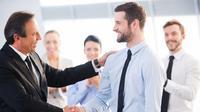 biasanya bos akan memperlihatkan gerak gerik tertentu apabila ada pegawai yang sukses membuatnya kagum di kantor.
