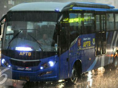 Dishubtrans DKI Jakarta akan berlakukan larangan Angkutan Perbatasan Terintegrasi Bus Transjakarta (APTB) beroperasi di jalur Transjakarta, Jakarta, (23/5). Rencananya kebijakan ini akan diterapkan mulai 1 Juni mendatang. (Liputan6.com/Yoppy Renato)