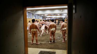 Sejumlah mahasiswa saat bersiap berlatih sumo di klub gulat Sumo Nippon Sports Science University di Tokyo, Jepang (20/5/2019). (Reuters/Issei Kato)